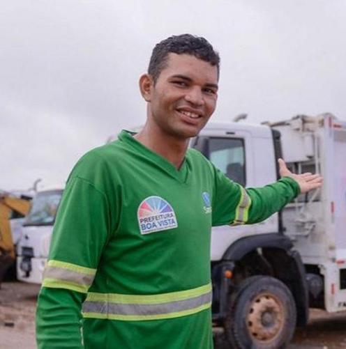 Homem em pé na frente de um caminhão  Descrição gerada automaticamente